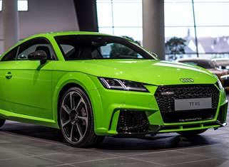 audi tt rs ярко-зеленого цвета в автосалоне